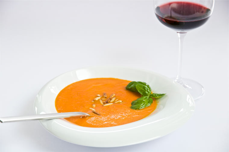 Rote Paprika-Cremesuppe mit Chili und Basilikum