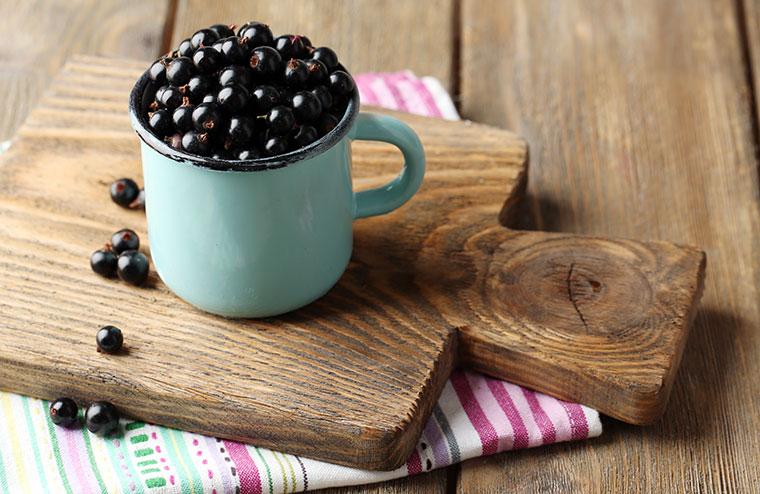 Die schwarze Johannisbeere enthält jede Menge Vitamine und wirkt entzündungshemmend.