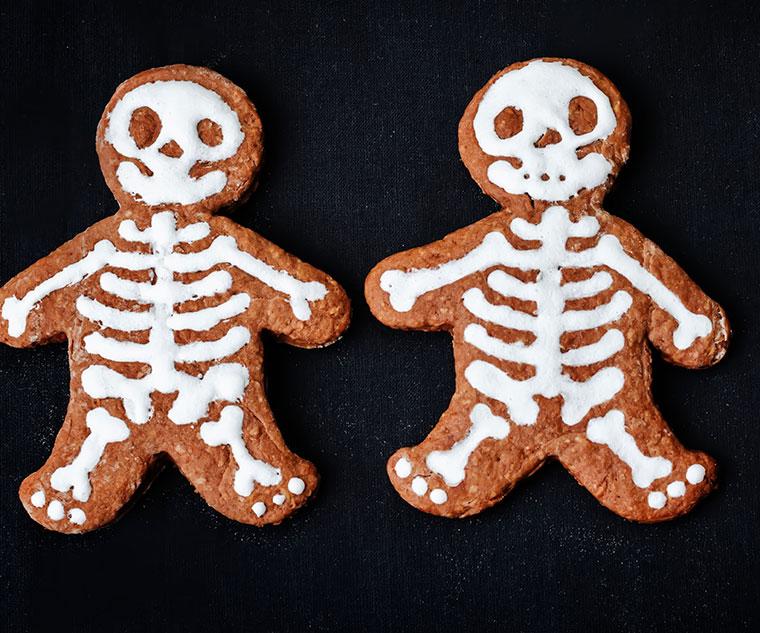 Skelettkekse aus Dinkelvollkornmehl mit Verzierung