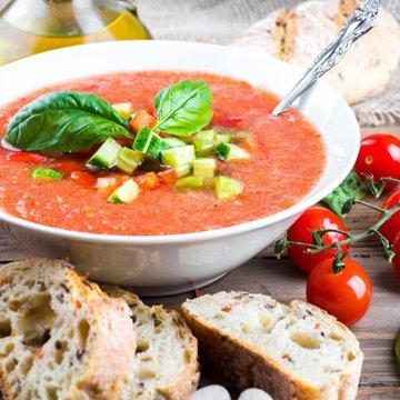 Köstliche Sommersuppen für heiße Tage