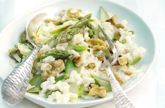 Vegetarisches Spargelrezept schnell gekocht: Risotto mit grünem Spargel und Walnüssen