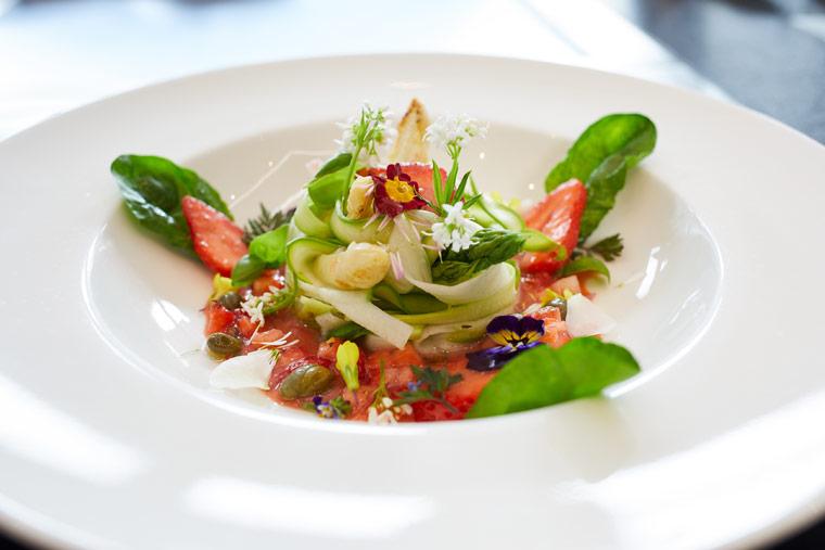 Salat vom grünen und weißen Spargel mit Erdbeeren