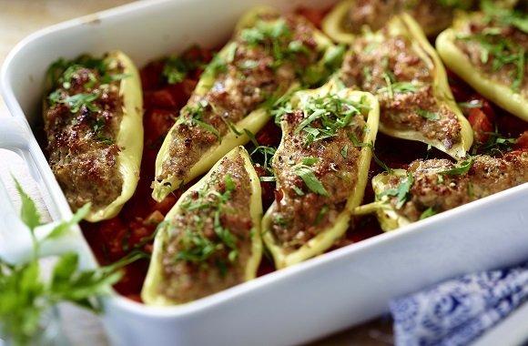Nachhaltiger Kochen: Rezept für gefüllte Spitzpaprika auf gebackenen Tomaten