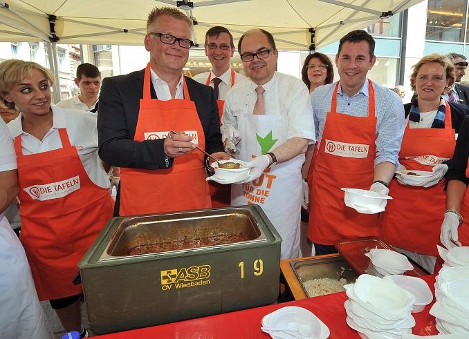 Christian Schmidt (rechts) hilft bei der Essensausgabe. © Thorsten Silz/photothek/BMEL