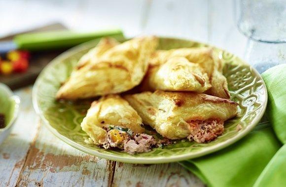 Partyrezept für vegetarisches Bio-Fingerfood: Teigtaschen gefüllt mit Frischkäse-Paprika-Paste