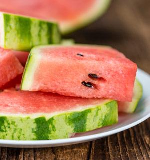 An heißen Sommertagen verspüren wir große Lust auf wasserreiches Obst wie Wassermelone
