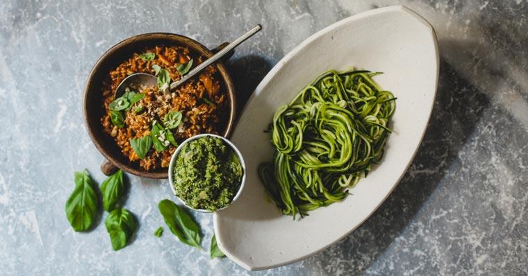 Zucchini-Spaghetti mit Bolognese