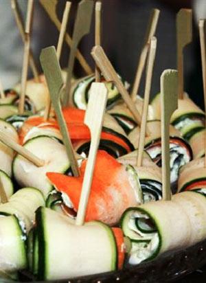 Vegetarisches Frühlingsrezept: Zucchini-Karottenröllchen mit Bärlauchfrischkäse