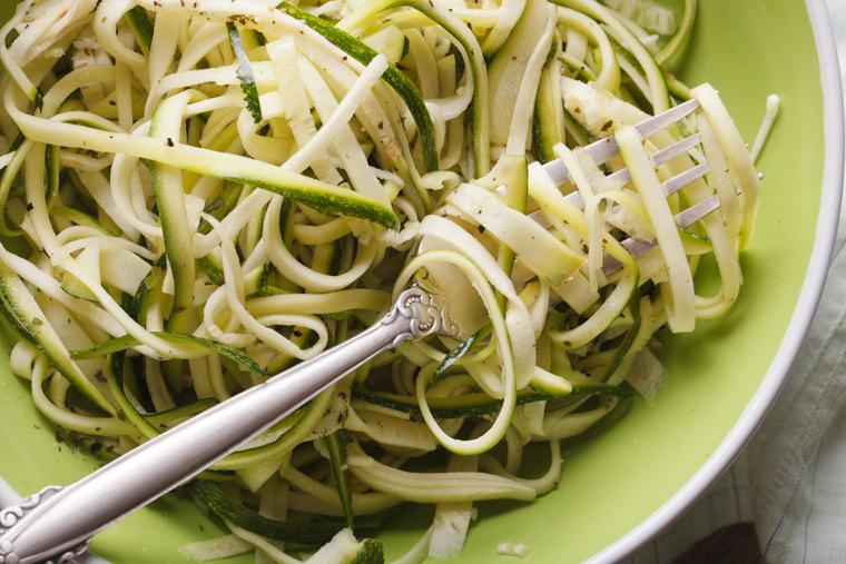 Zucchini-Nudeln mit Olivenöl und Parmesan