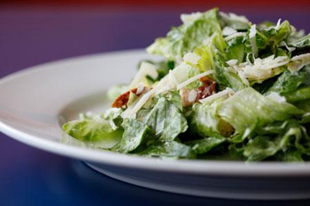 Gesund und basisch essen: Rezept für vegetarischen Caesar Salad