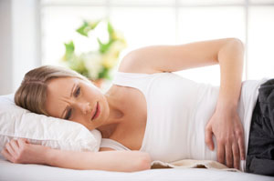 Typische Beschwerden für Zöliakie sind Bauchschmerzen, Krämpfe und Blähungen nach dem Genuss von getreidehaltigen Produkten © g-stockstudio/ iStock/ Thinkstock
