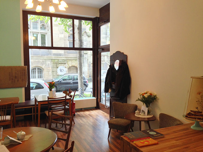 Der Blick quer durchs Café bis zur Straße © Café Hibiskus