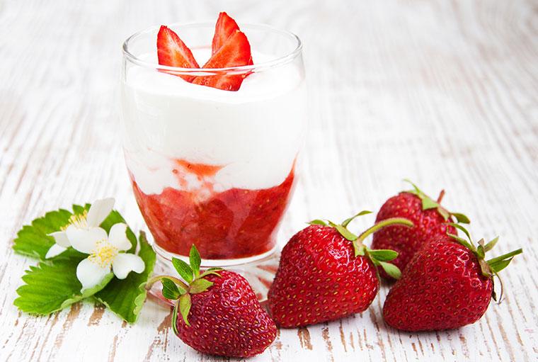 Bio Joghurt mit frischen Früchten