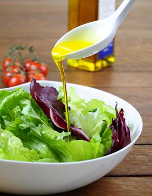 Kaltgepresste Pflanzenöle enthalten viele wertvolle Inhaltsstoffe und eignen sich am besten für die kalte Küche
