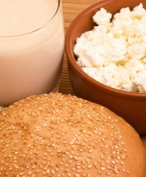 Laktosefreie Milch, laktosefreier Käse und Brot ohne Glute - für gesunde Menschen nicht notwendig. © forever63/iStock/Thinkstock