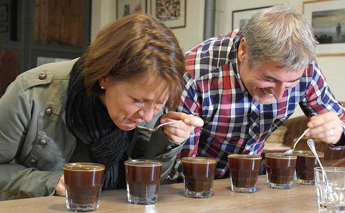 Auf den ersten Blick ein wenig unorthodox, aber das Verkosten von Kaffee braucht eine gute Anleitung © Murnauer Kaffeerösterei
