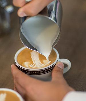 Latte Art ? die Milchschaum-Kunst ? ist ebenfalls Bestandteil des Barista Kurses.