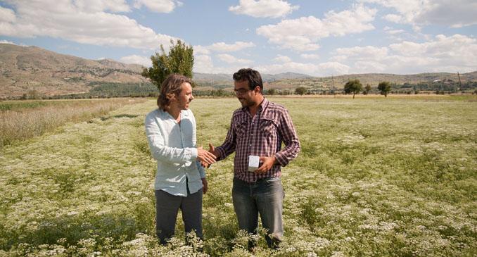 Kräuterexperte Sebastian Pole mit einem der Pukka Fenchel-Bauern in der Türkei.