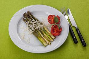 Grüner Spargel als Grillgericht