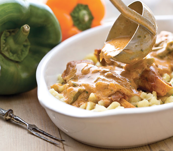Als Hauptspeise gibt es Knöpfle mit veganer Rahmsoße © Ventil Verlag