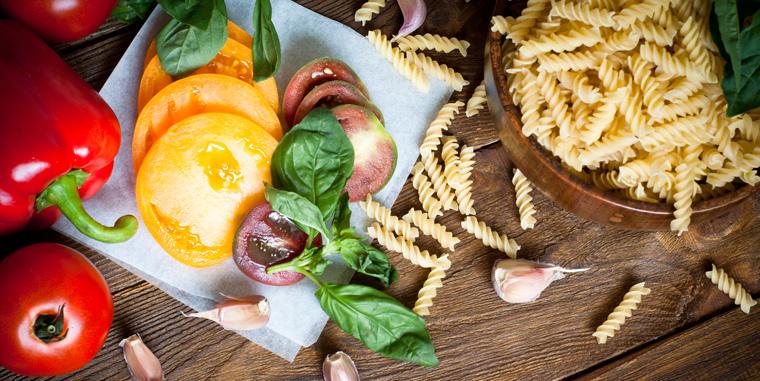 Genau wie Allesesser müssen sich auch vegetarisch lebende Menschen ausgewogen ernähren und den Körper täglich mit allen wichtigen Nährstoffen versorgen.