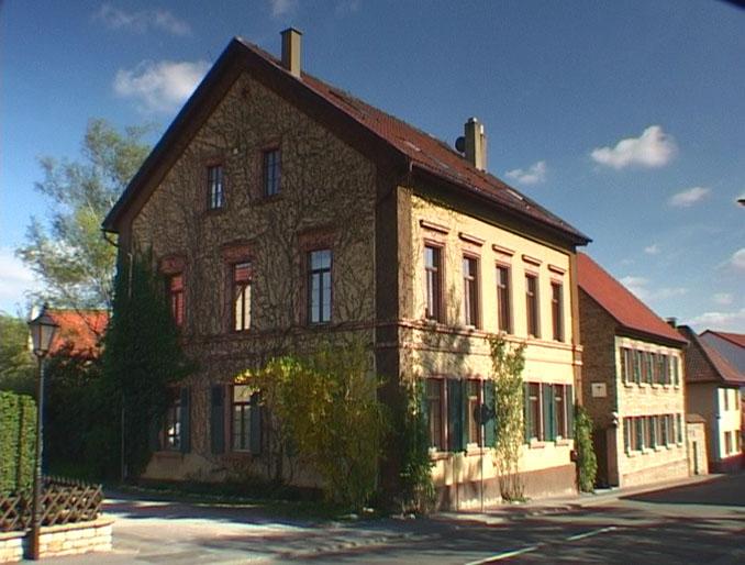 Unverkennbar ist das Weingut in Ober-Hilbersheim © Weingut Axel Schmitt (Foto: Volker Oehl)