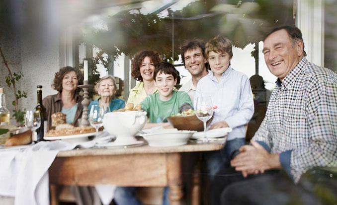 Eine Familie zum Verlieben. Die Damen und Herren des Hauses heißen Sie gerne willkommen © Weingut Axel Schmitt (Foto: Volker Oehl)