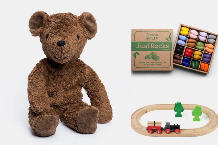 Schadstofffreier Plüschbär aus Bio-Baumwolle und Holzeisenbahn