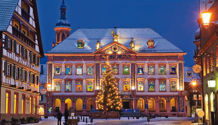 Das Rathaus dieser Stadt wird alljährlich zum größten Adventskalenderhaus der Welt.