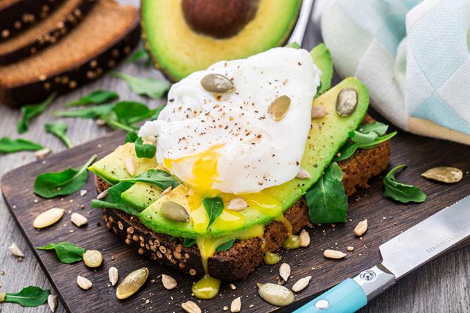 Ein Brot mit Avocado und Ei ist ideal für die Urlaubsfahrt