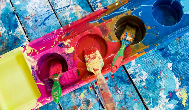 Einen Großteil von dem, was Ihre Kinder (und Sie) zum Malen und Basteln benötigen, können Sie jedoch ganz leicht und mit Zutaten, die Sie oft bereits zuhause haben, selbst herstellen