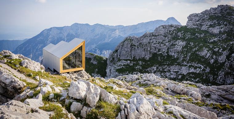 Eine Hütte in einer wunderschönen alpinen Umgebung