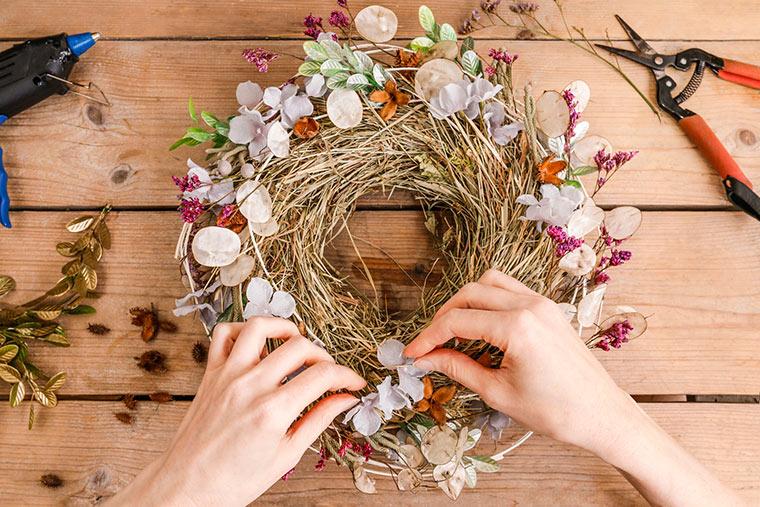 Kranz aus getrockneten Blumen basteln