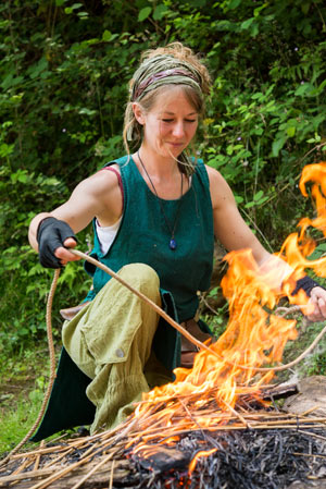 Frau bei der Herstellung von Flachs- und Hanfseilen