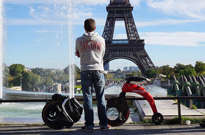 Das YikeBike eignet sich für Stadtrundfahrten auch vor dem Eiffelturm