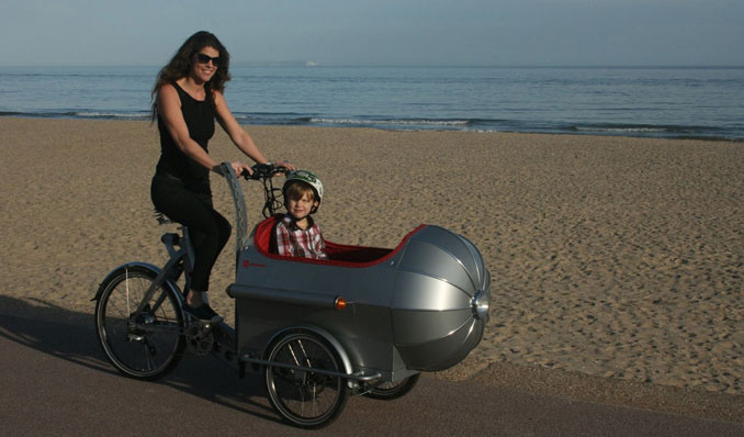 Frau fährt mit ihrem Kind das Elektro Fahrrad Boxer Rakete