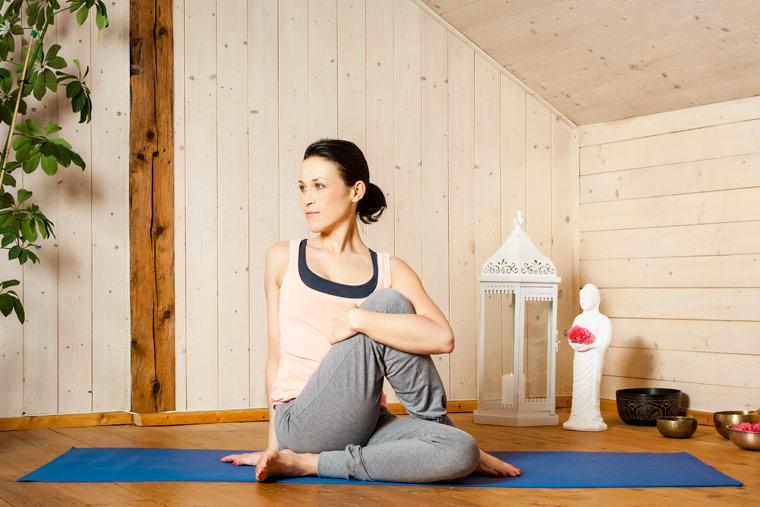 Ständig erschöpft? Yoga zu Hause hilft