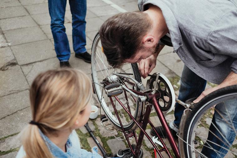 Nachbar hilft beim Fahrrad reparieren