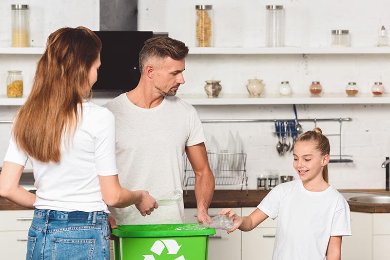 Familie recycelt PET-Flaschen