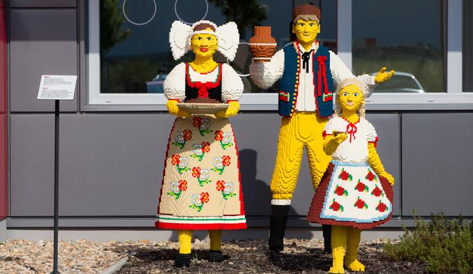Eine Familie aus lauter Legosteinen gebaut