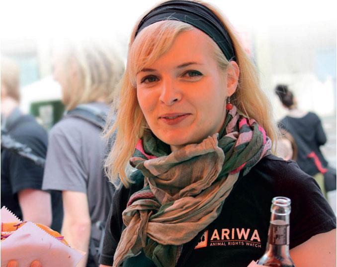 Frau mit Getränk auf dem vegan street day