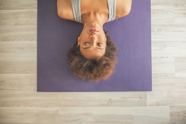 Atemübung auf Yogamatte