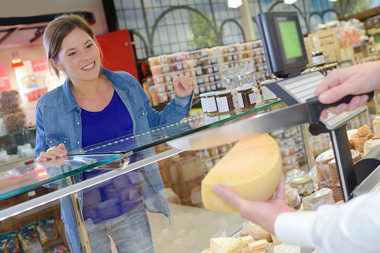 Frau kauft lokalen Käse