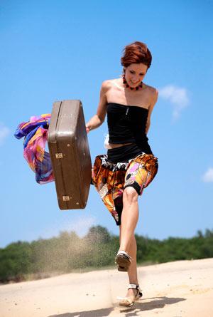 Fröhliche Frau mit Reisekoffer