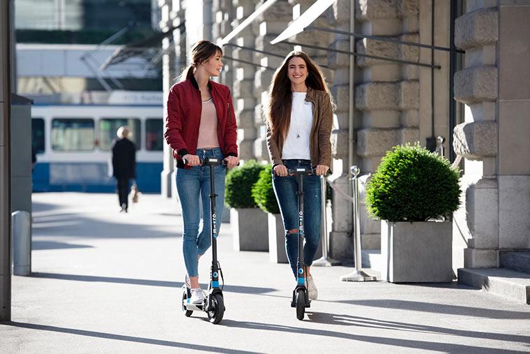 Frauen unterwegs mit E-Scooter