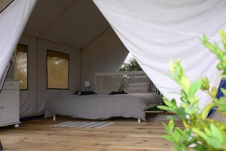 Camping Urlaub luxus wald laternen king bett
