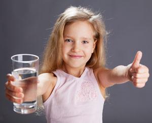 Mehrmals am Tag ein Glas Wasser trinken ist gesund und hilft gegen Erschöpfung