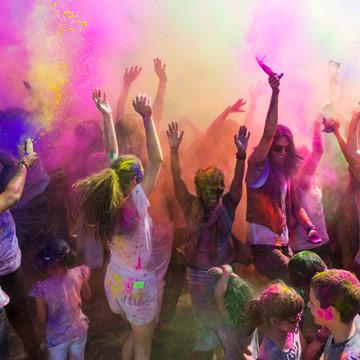 Woher kommt das farbenfrohe Fest eigentlich?