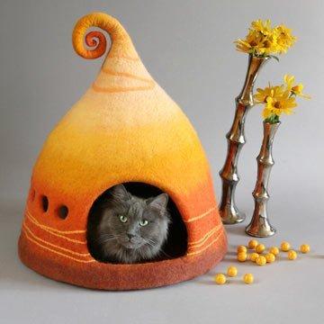 Märchenhaftes Katzenhaus aus Filz