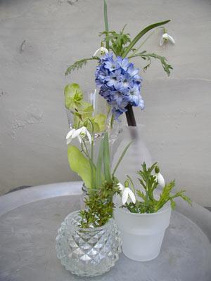 Kleine Vasen mit Blumen